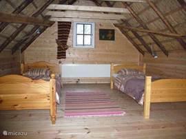 Op de eerste etage bevinden zich 2 afzonderlijke slaapkamers, elk met 2 eenpersoons bedden.