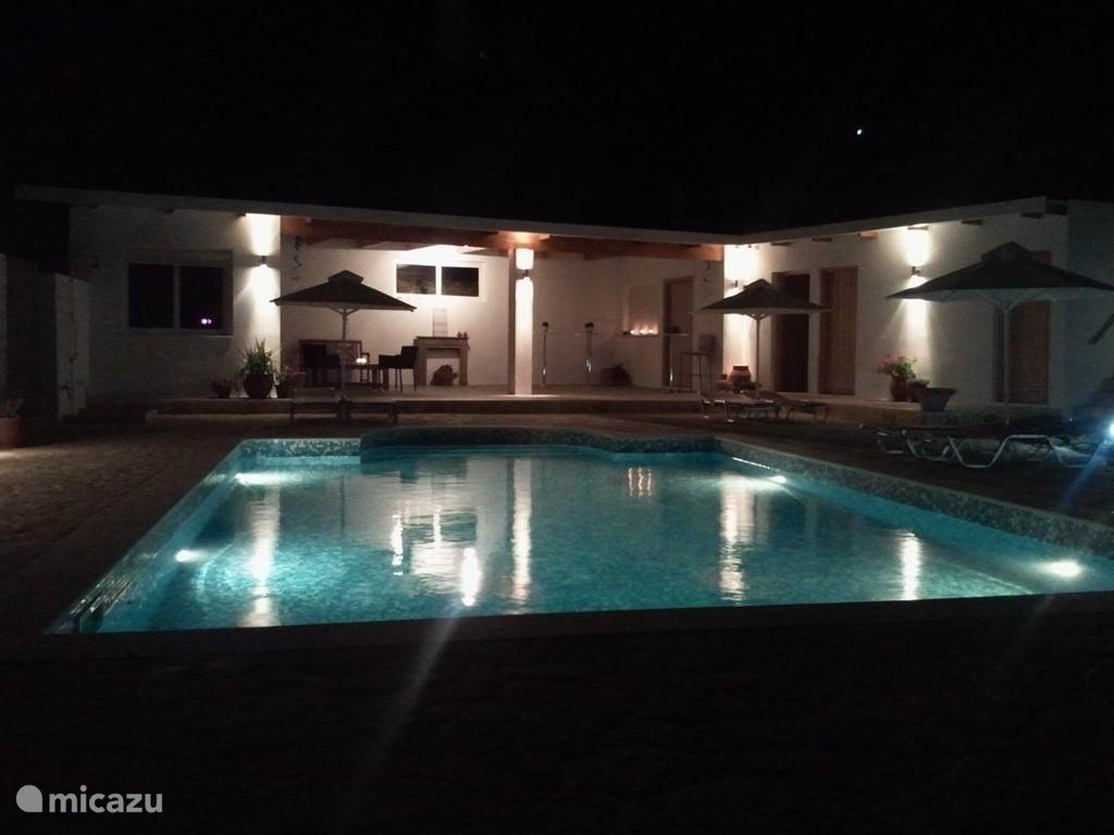 Poolhouse by night....