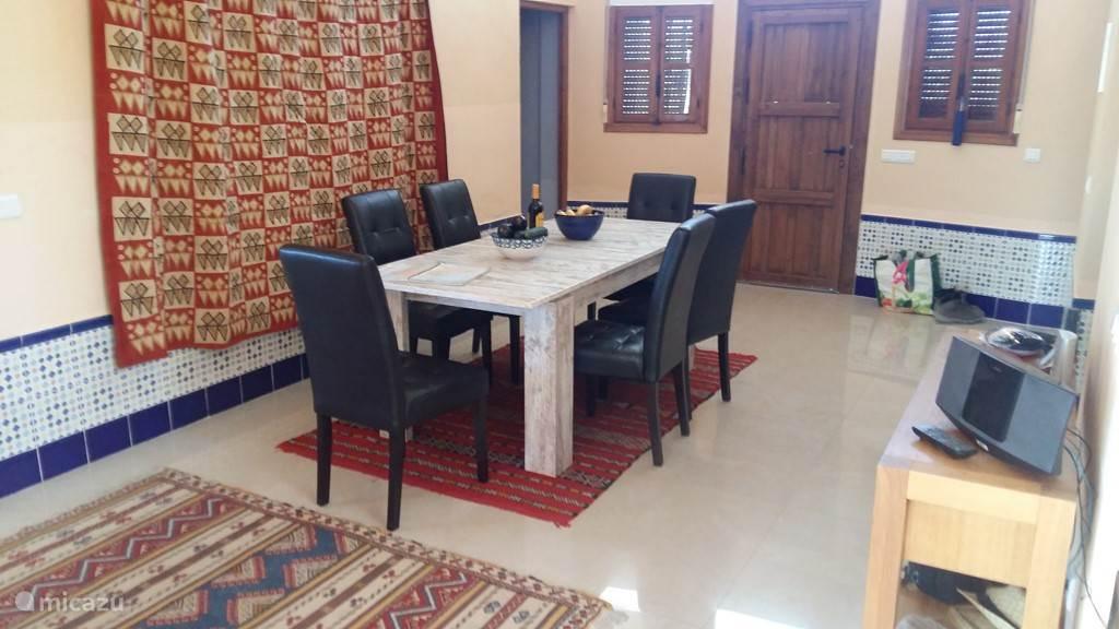 In de eetkamer staat een ruime zes-persoonstafel