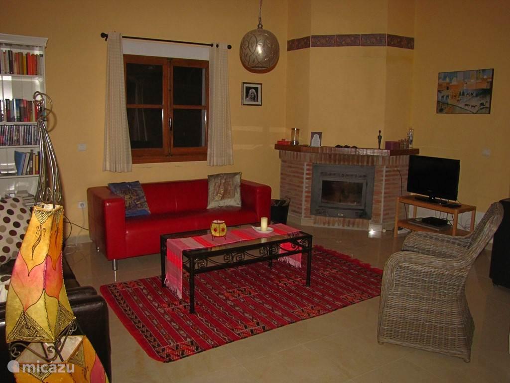 In de woonkamer kun je op de comfortabele 3- en 2-persoonsbanken genieten van het vuur