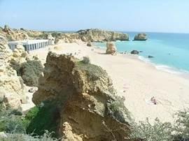Het prachtige strand van Galé is gemakkelijk te bereiken en heeft alles at u zoekt voor een mooie dag aan zee.