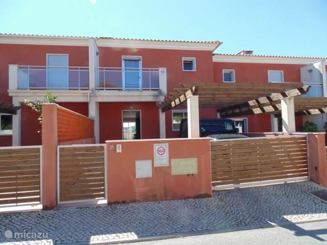 Het huis ligt in een gezellige maar zeer rustige buurt, aan een afgesloten parallelweg.