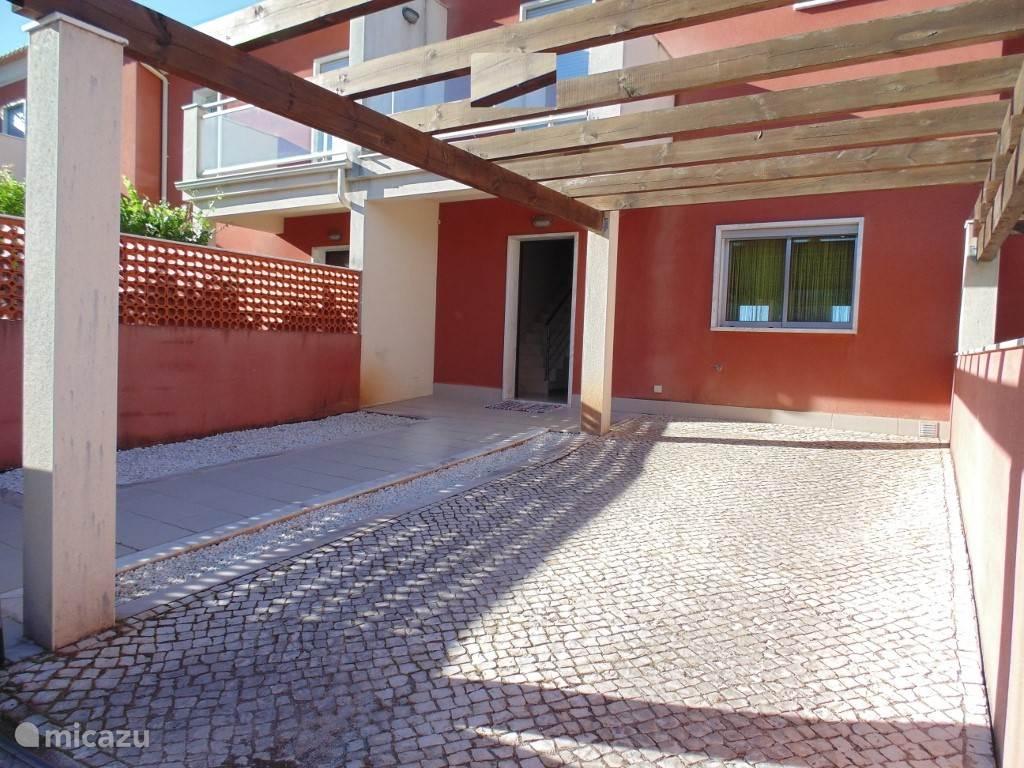 Het huis ligt in een gezellige maar zeer rustige buurt, aan een afgesloten parallelweg