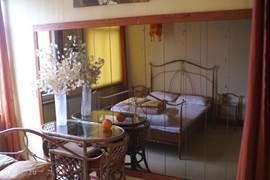 Ook in deze romantische slaapkamer is bij uw komst het bed al opgemaakt!