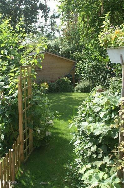 In de lommerijke, romantische tuin hangt een aangename sfeer.