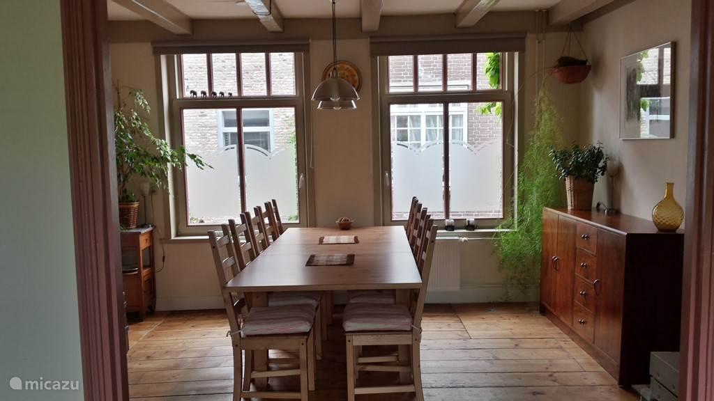 In de eetkamer kunt u heerlijk tafelen of een spelletje spelen.