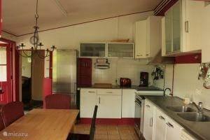 In de volledig ingerichte keuken is ruimte genoeg om een heerlijke maaltijd te bereiden.