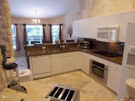 De ruime keuken is van werkelijk álle gemakken voorzien en volledig ingericht voor 12 personen. Noem het maar op..alles is aanwezig wat er in een Amerikaanse keuken aanwezig moet zijn.