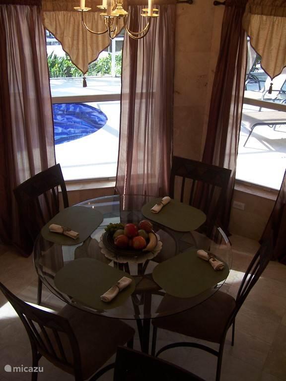 De ontbijthoek is een lichte ruimte met een vierpersoons ontbijttafel en eetbar voor 4 personen. De ruimte heeft directe toegang tot de buitenkeuken/terras en de keuken.