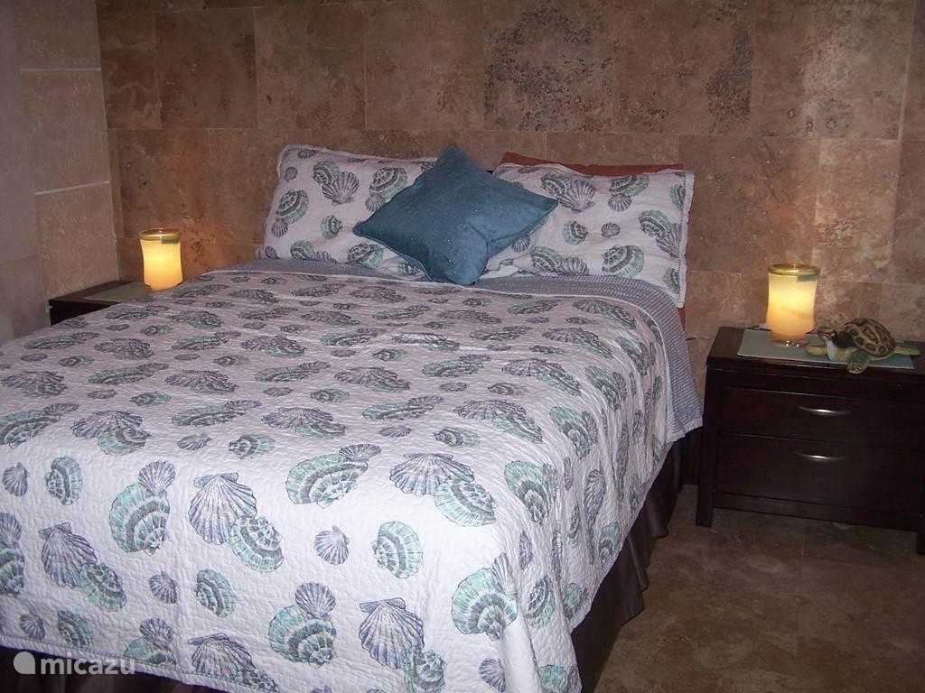 Slaapkamer 3 (de schelpenkamer) met een grote kast en een tweepersoons boxspring Queensize bed.