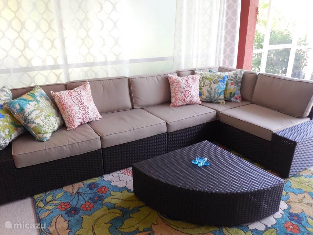 De heerlijke lounge set, onder de lanai aan het zwembad. Ingericht als buitenkamer. Gegarandeerd zult u hier heerlijke avonden gaan beleven.De tv die boven de buitenkeuken hangt kan gedraaid worden naar de oungehoek.