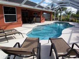 Het extra grote zwembad, dat door solar heating (gratis) verwarmd of gekoeld wordt. Het water is zout water, dus weinig tot geen chloor. Elke week wordt de waterkwaliteit getest. Kinderen? Er staat een afscheiding in de garage die u kunt plaatsen langs het zwembad. Zo kunnen uw kinderen niet in een