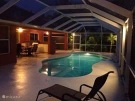 Wanneer het donker wordt gaan de lichten aan. In het zwembad, op het boatdeck en in de subtropische tuin. In een foto is helaas niet vast te leggen hoe het écht aanvoelt. Heerlijk warm, het geluid van de stilte, de bries door de palmen en het ultieme gevoel van genieten.