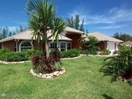 Villa Palm Breeze met de subtropische tuin met ruim 200 palmbomen en bananenbomen en 500 subtropische bloeiende planten. De villa heeft 100% privacy en is een oase van luxe en rust.