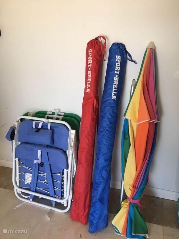 Naar het strand? Er zijn vier strandstoeltjes, een parasol en twee strandtentjes aanwezig