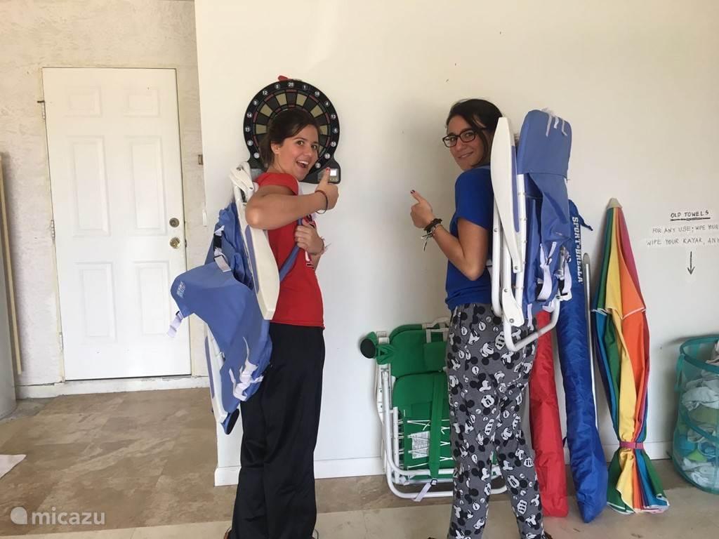 Naar het strand? Beach chair mee, parasol en strandtentjes, strandlakens, coolbox, snorkel set en/of een van de andere dingen? De garage ligt vol en u mag alles gebruiken.