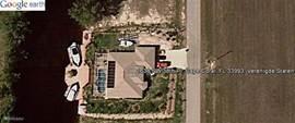 Google Earth. Zoek op 1638 NW 38th Pl Cape Coral 33993 Florida. U ziet dat u 100% privacy heeft. Maar ook dat u binnen 10 minuten bij een supermarkt bent, binnen 5 minuten bij een golfbaan, direct aan het water zit en per boot binnen een half uur op de Golf van Mexico bent.