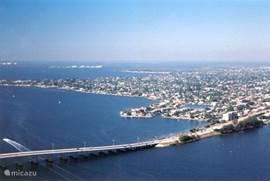 Cape Coral Florida. Een stad met meer dan 160.000 inwoners. Een van de snelst groeiende gebieden in de staat  Florida  De stad is een groot schiereiland aan de westkust van Florida aan Golf van Mexico. Cape Coral is onderdeel van het gewest Lee County en onderdeel van Fort Myers. Een drietal indrukw