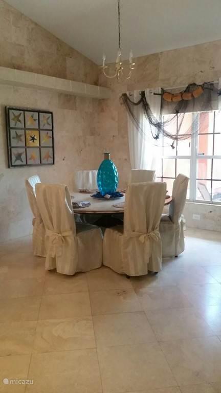Bij binnenkomst ziet u rechts de eetkamer met de grote ronde eettafel en acht robuuste stoelen. De perfecte plaats voor het diner, waar zeker lang nagetafeld zal worden.