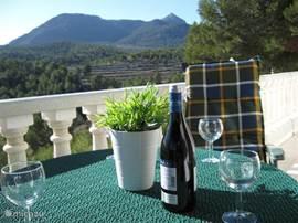 op terras tafel met 4 stoelen met prachtig uitzicht