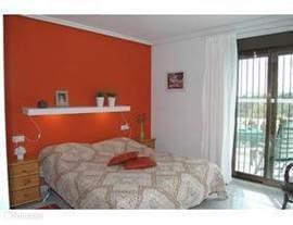 slaapkamer met schuifpui en tv
