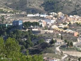 uitzicht op het dorp Tibi waar u gezellig een terrasje kan pikken en beziens waardigheden kunt bekijken