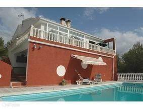 zwembad aanzicht, buitendouche aanwezig. Boven is het woonhuis.