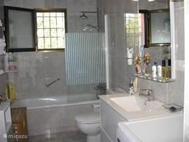 badkamer met bad,douche,toilet,wasmachine,handdoeken badlakens.Haardroger. Shampoo,douche-gel waspoeder  aanwezig