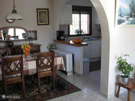 eetkamer met de open keuken tafel 4 stoelen dressoir met servies en glazen.aansluiting:ADSL (GRATIS)