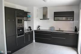 Keuken met magnetron, vaatwasser en oven etc