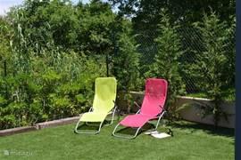 Tuin met ligstoelen