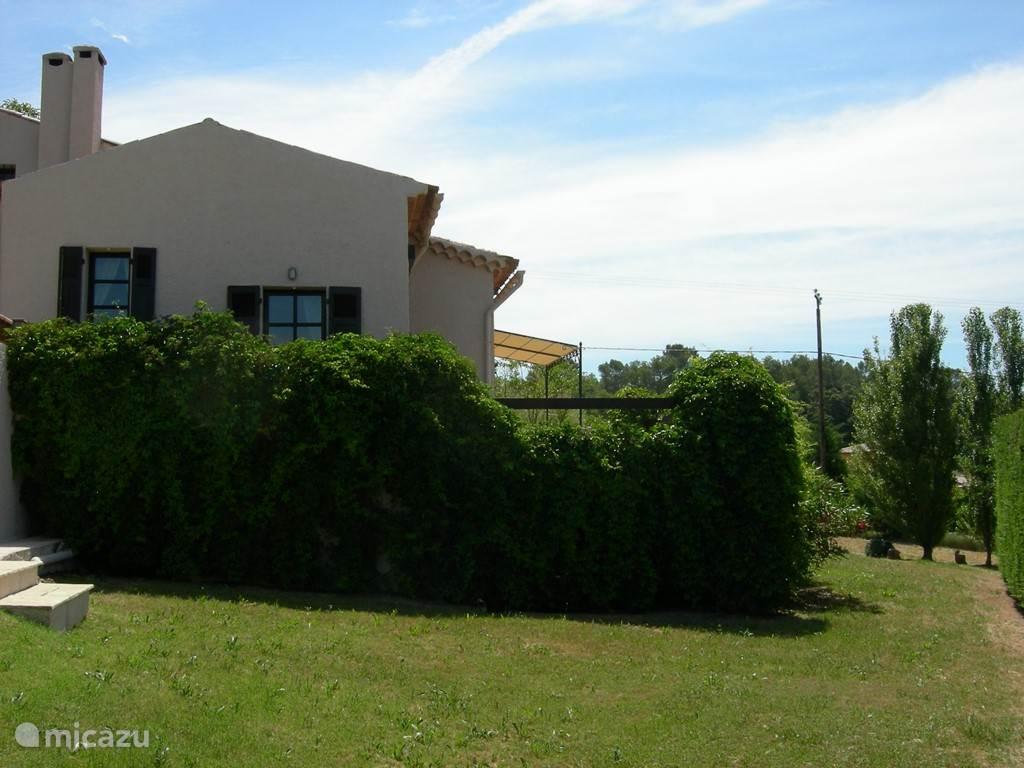 huis aan de kant van de patio