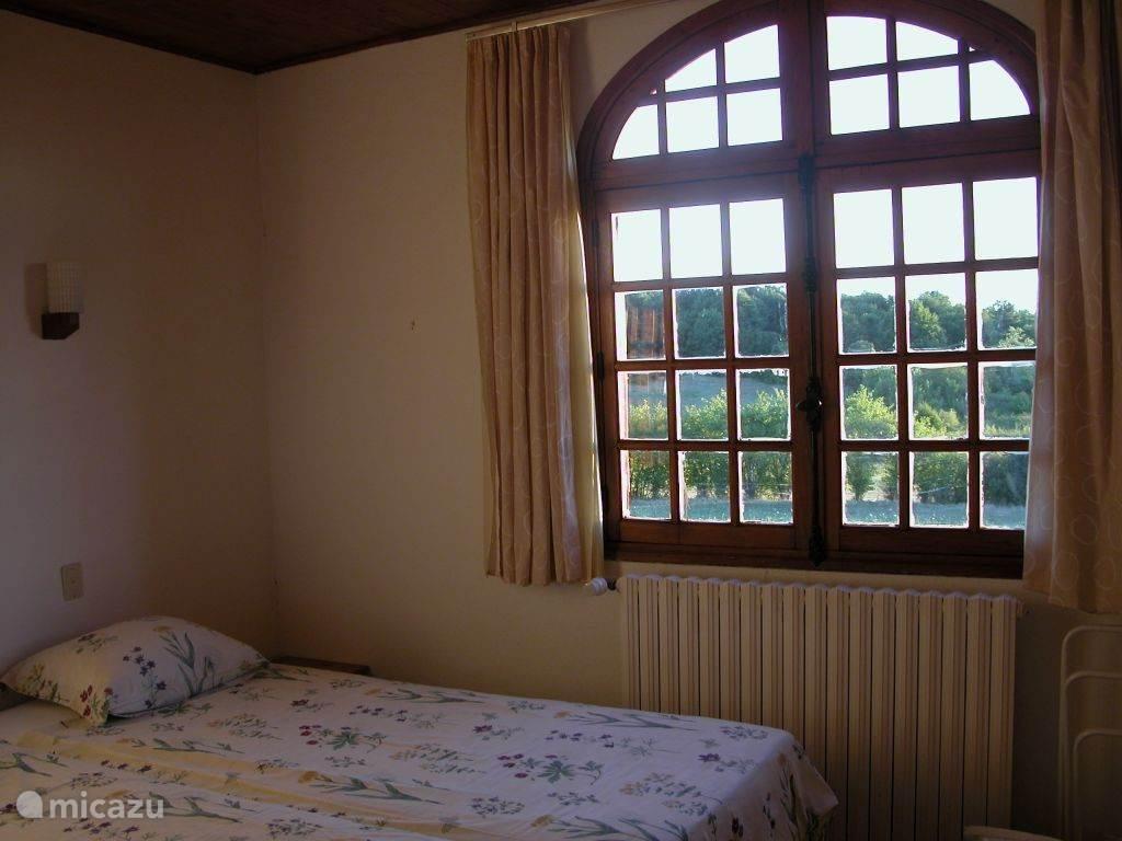 slaapkamer met twee een-persoonsbedden