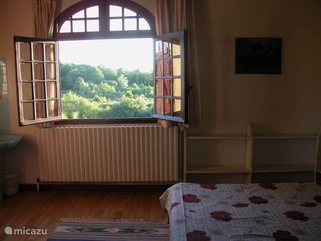De hoofdslaapkamer met tweepersoonsbed