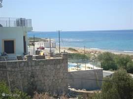 De villa is direct aan zee gelegen, met het zwembad aan de zeekant