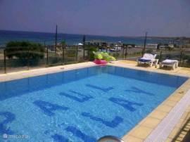 Aan de voorkant van het huis ligt dit prachtige zwembad met uitzicht op zee.