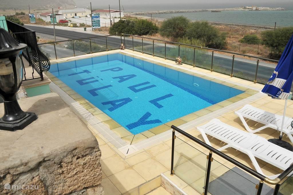Het zwembad met uitzicht op zee