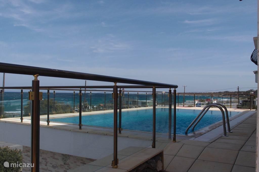 Het huis is 10 meter boven maaiveld op een rots gebouwd. Hierdoor heet u een prachtig uitzicht op de zee en strand terwijl u zelf aan het zwembad privacy heeft.