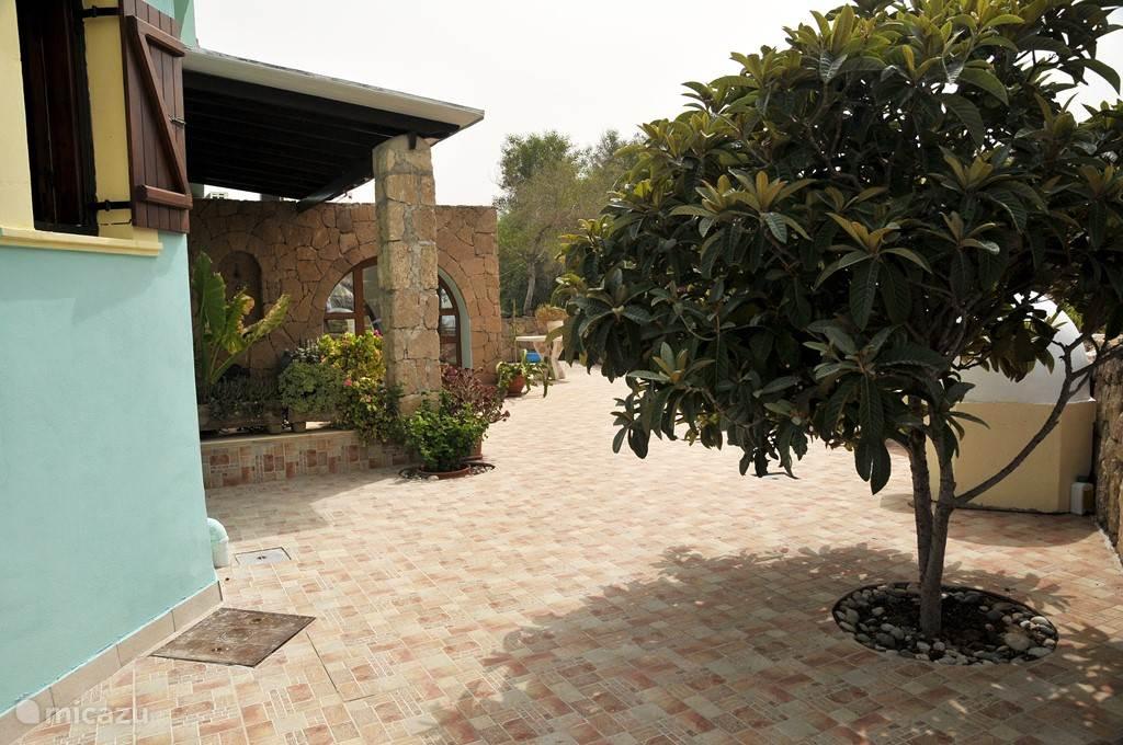 De ingang van het huis