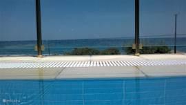 Vanuit het zwembad heeft u uitzicht op zee.