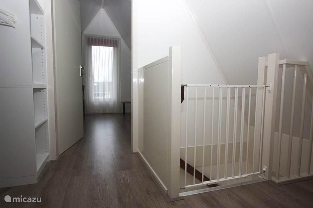 De overloop op een kindvriendelijke 1e etage