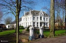 en wat te zeggen van de kastelen van boerderijen in Bellingwolde, een unieke geschiedenis in weer een heel andere wereld, ook op nog geen 7 km van het park.