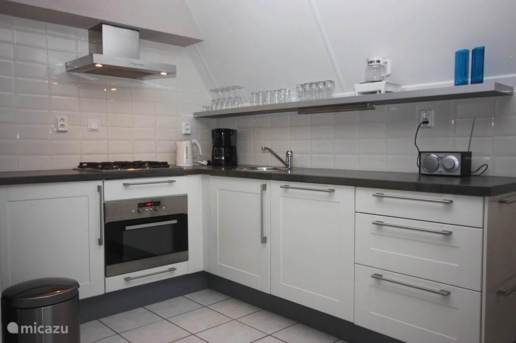 en is voorzien van alle gemakken met o.a. moderne L-vormige keuken, met vaatwasser, oven/magnetron, enz.