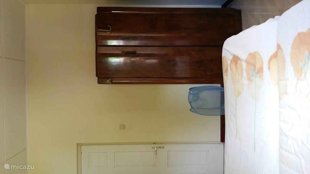 slaapkamer met hang/legkast