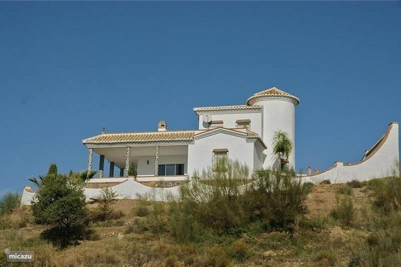 Panoramisch uitzicht. De villa heeft drie etages en dus een perfecte woning voor meerdere stellen die ook nog wat privacy willen!