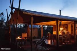 Lodge in de avond - verlichting is door middel van kaarsen en stormlampen (alles aanwezig in lodge)