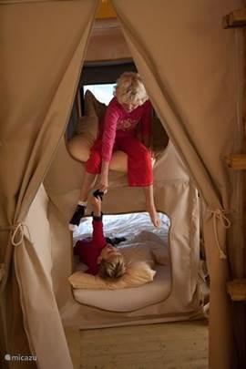 Het speelse hangmatten systeem; hartstikke leuk voor de kinderen om in te overnachten (in overleg mogelijk voor 8 volwassenen)