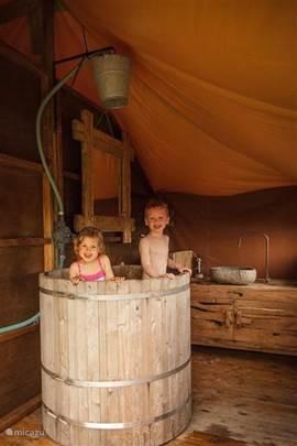 Badtobbe in badkamer - zelf te vullen met warm / koud water uit het watervat op wielen