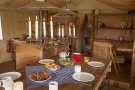 Living met authentieke houten meubelen, open keuken en voldoende ruimte