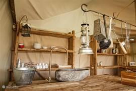 Keuken met alle benodigdheden en (koud) stromend water